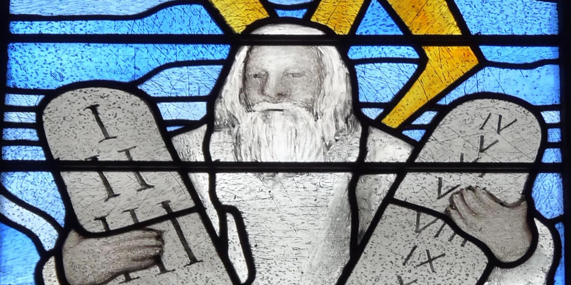 Glasfenster: Mose empfängt die zehn Gebote,© pixabay/falco