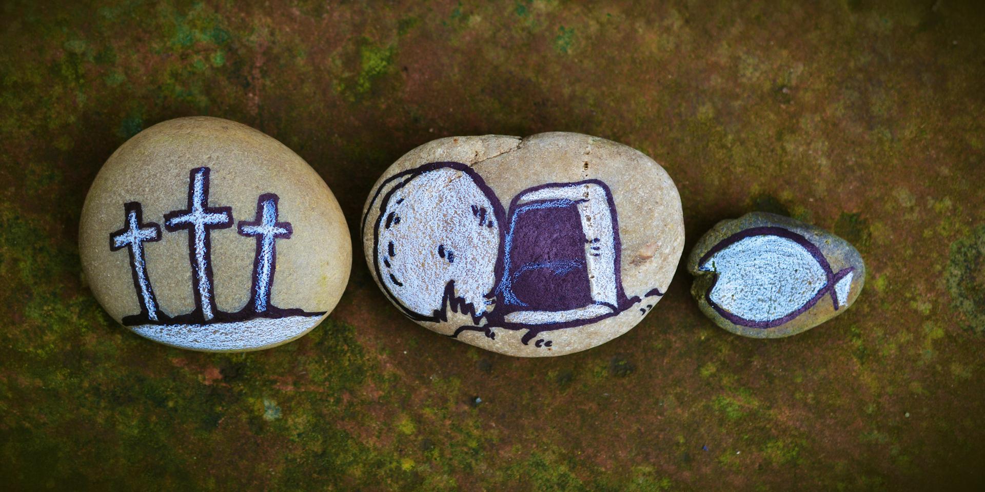 Drei Kreuze, leeres Grab und Fisch auf drei Steine gemalt ,© pixabay/conger design