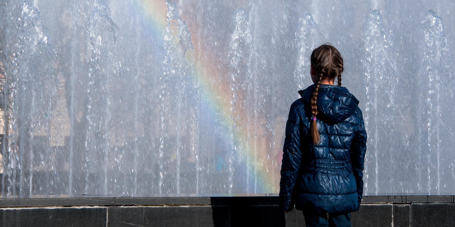 Ein Mädchen vor einem Regenbogen ,© pixabay
