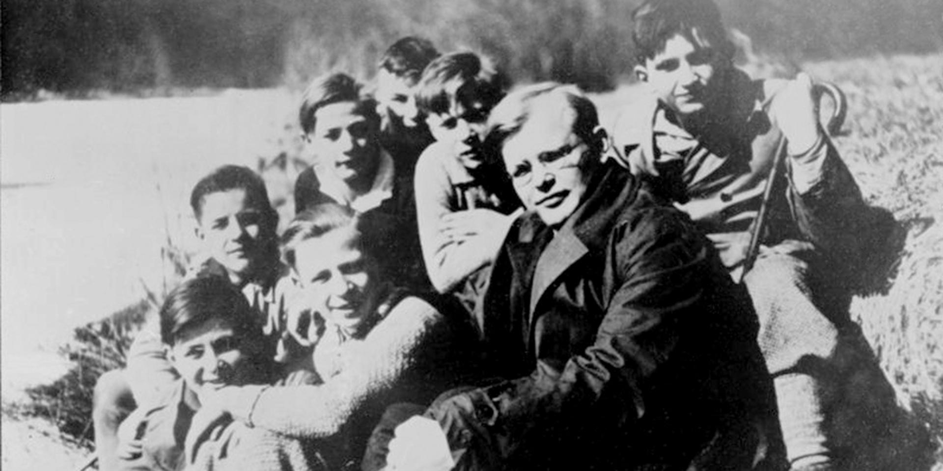 Dietrich Bonhoeffer mit Schülern,© Bundesarchiv via Wikimedia Commons