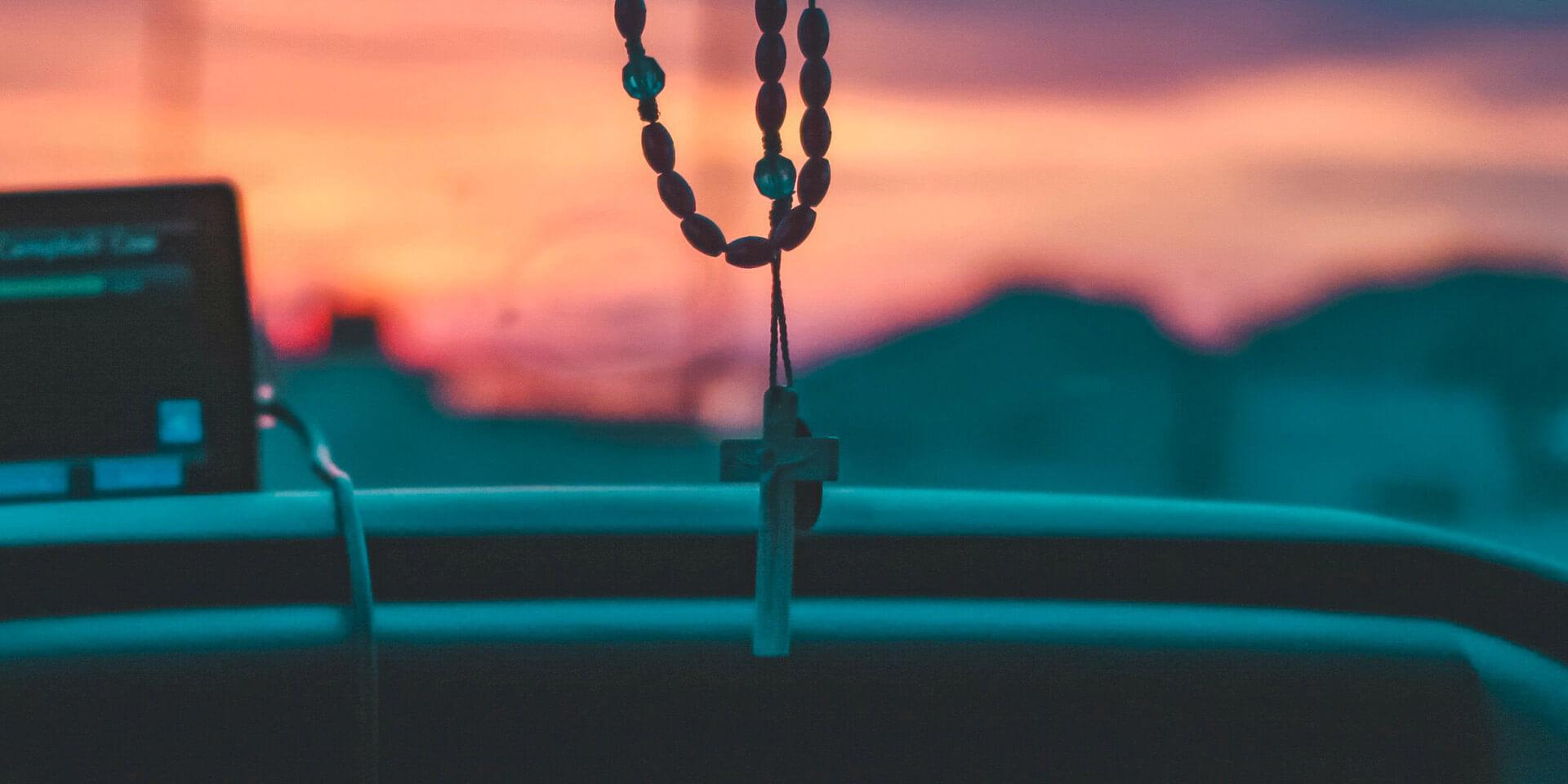 Kreuz am Rückspiegel