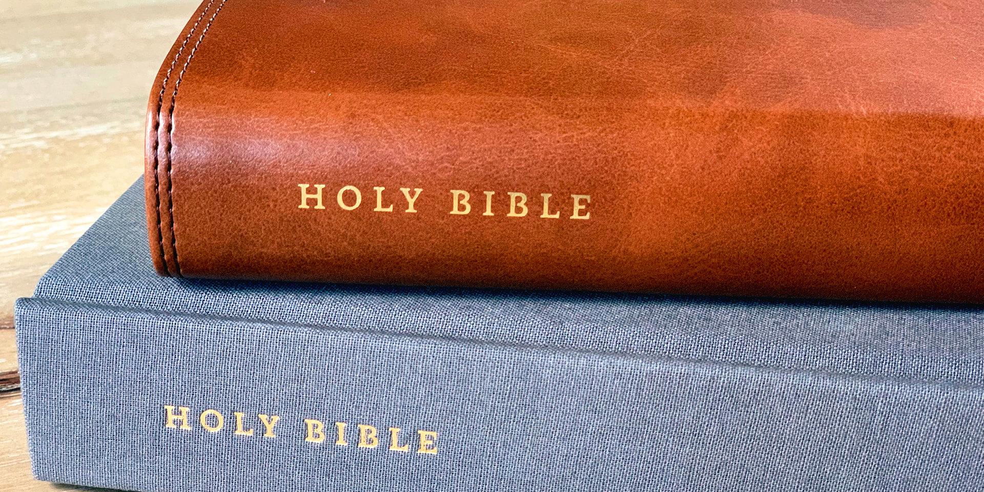 Übereinanderliegende Bibeln