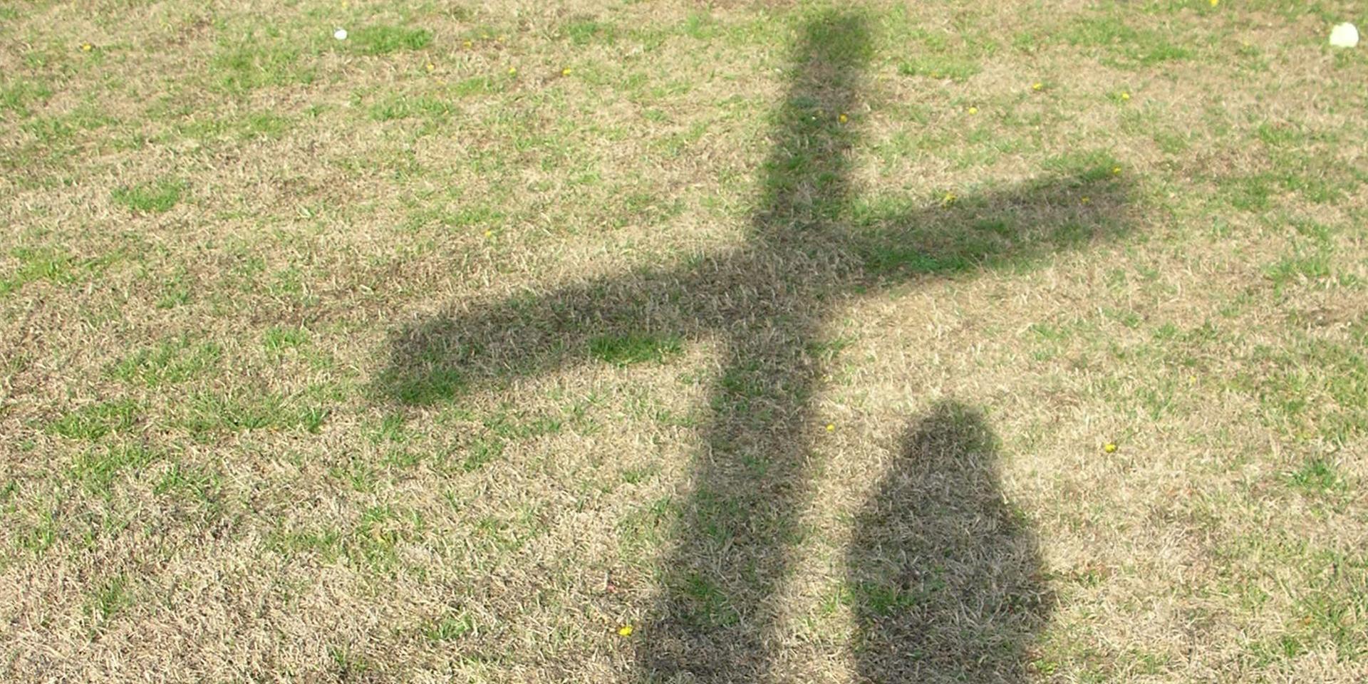 Schatten eines Kreuzes neben dem Schatten eines Menschen,© pixabay/amalgamate