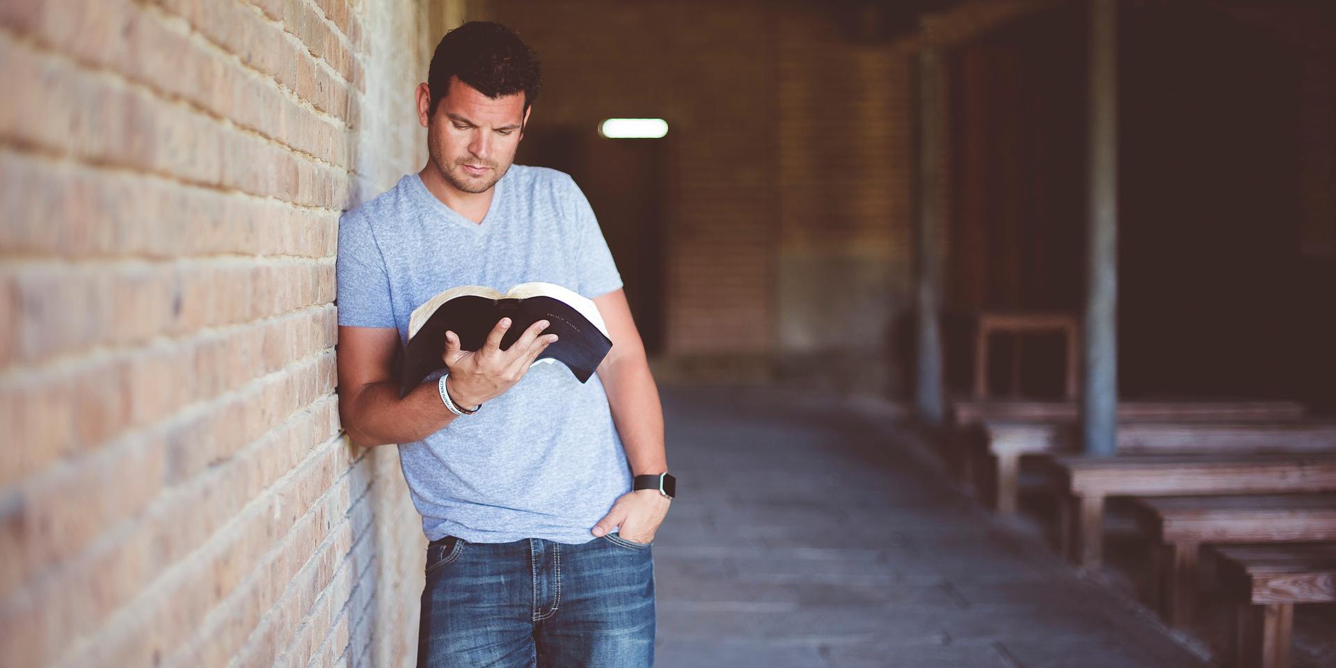 Ein Mann liest in der Bibel