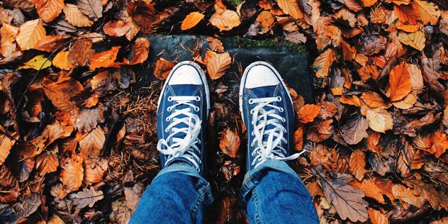 Zwei Füße im Herbstlaub