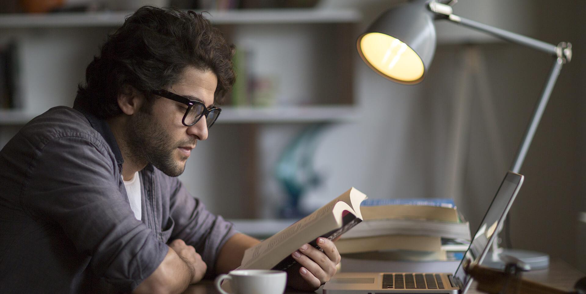 Ein Mann liest in einem Buch
