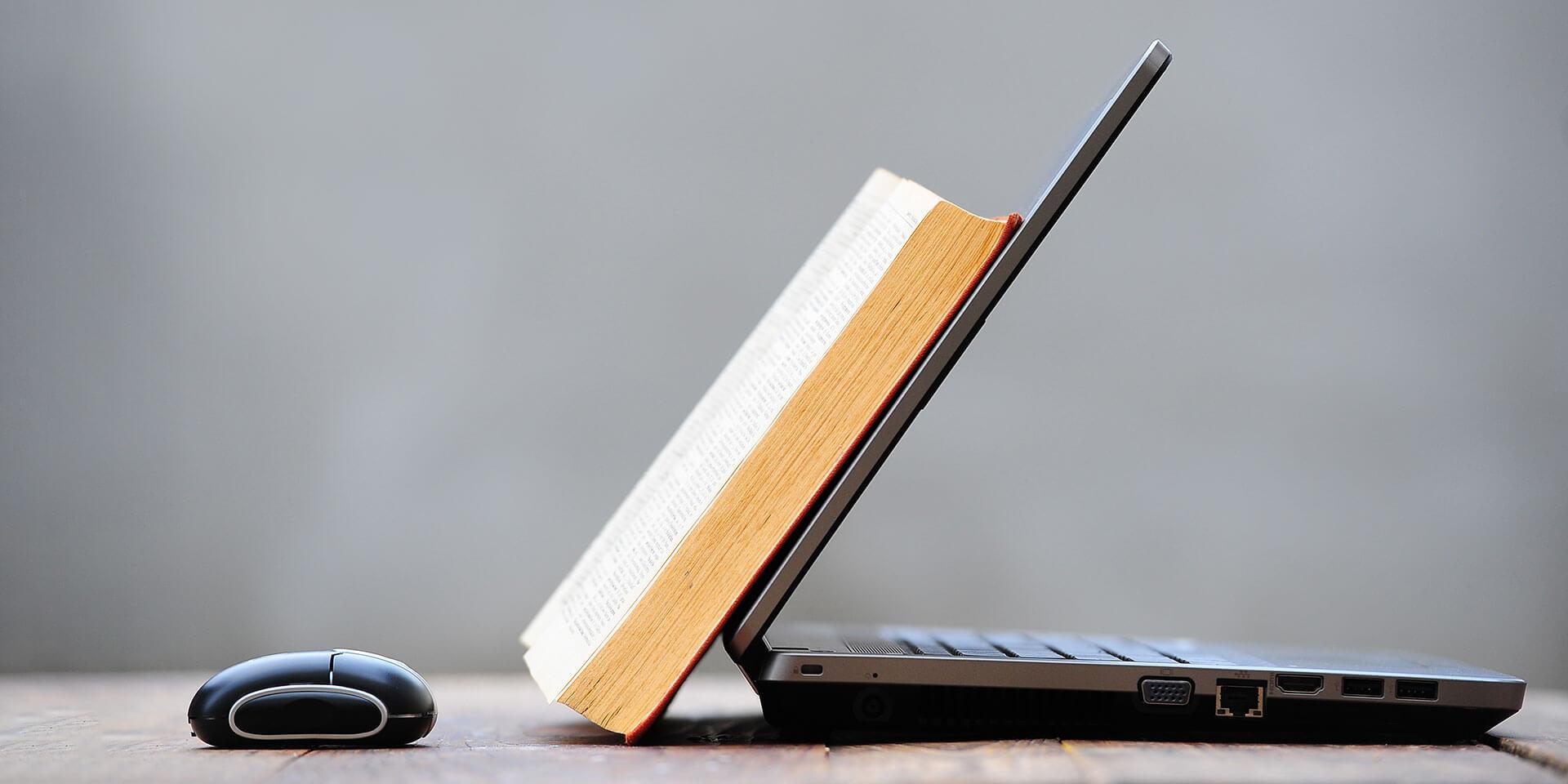 Bibel und Laptop