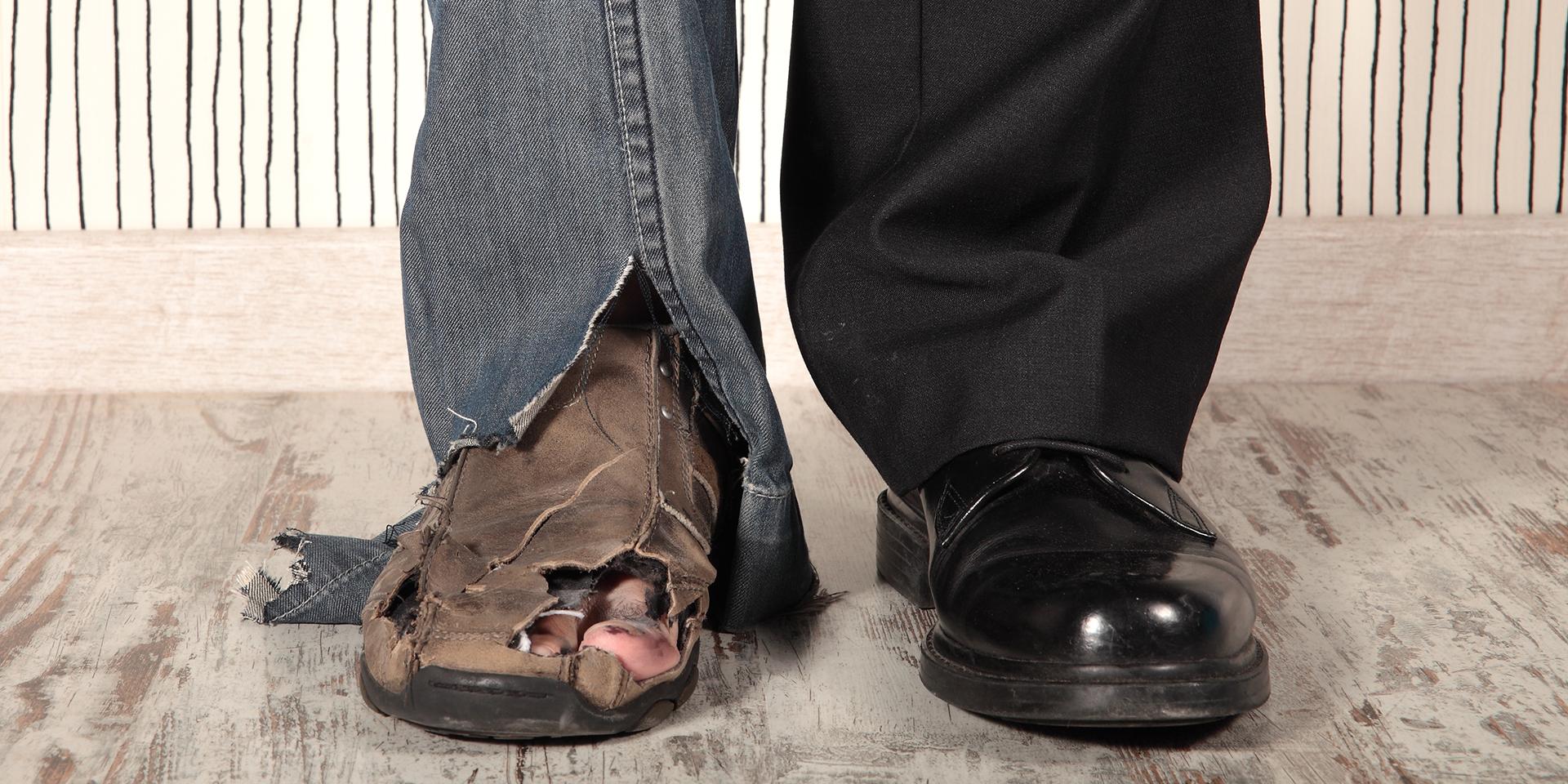 Ein Bein eines armen und ein Bein eines reichen Menschen,© iStockphoto/erllre